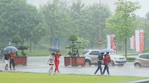 Giữa dịch Covid-19, người dân Hà Nội vẫn đội mưa đi hiến máu