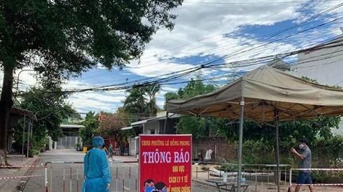 Phong tỏa 2 khu dân cư, tạm dừng 1 bệnh xá quân đội liên quan lịch trình bệnh nhân 590