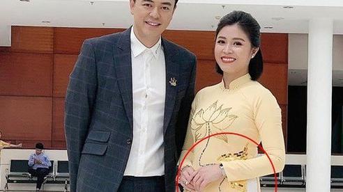 Lộ ảnh bụng to bất thường, MC Hoàng Linh bị nghi đã có tin vui sau khi tái hôn với đồng nghiệp VTV
