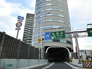 Kỳ lạ đường cao tốc đi xuyên qua tòa cao ốc ở Nhật Bản