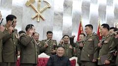 Ảnh ấn tượng tuần (27/7-2/8): Chủ tịch Triều Tiên tặng súng cho sĩ quan, đeo khẩu trang đi hộp đêm và chạy đua tìm vaccine Covid-19