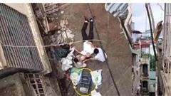 Nghe tiếng động mạnh, kiểm tra phát hiện người đàn ông bị xe rùa từ tầng 5 rơi trúng
