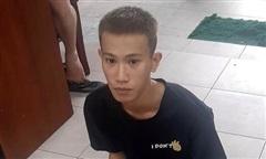 Thanh niên cầm dao xông vào cửa hàng B-smart ở Sài Gòn cướp tài sản