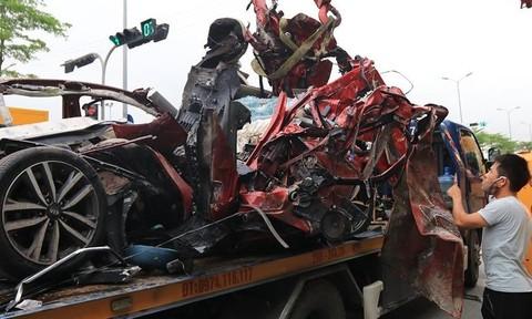 3 người tử nạn trên ô tô nát bét đang trên đường đi lễ trở về