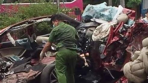 Hiện trường ám ảnh vụ container 'nuốt chửng' xe 4 chỗ khiến 3 thanh niên tử vong thương tâm, 1 cô gái nhập viện