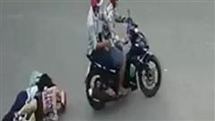 Bị 2 tên cướp giật túi xách, người phụ nữ ngã xuống đường chấn thương sọ não