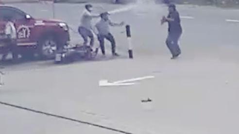 Cướp giật ở Sài Gòn, vung dao tấn công người truy đuổi