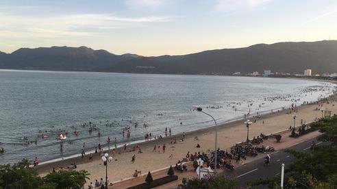 Dùng 'phiếu thu tiền rác' để thu phí du khách vui chơi tại bãi biển Quy Nhơn