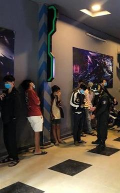Tiệm game ở Đà Nẵng lén lún mở cửa cho 11 thanh niên vào chơi game bất chấp lệnh giãn cách xã hội