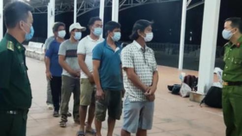 6 ngư dân đi bộ vòng theo biển ra Huế để trốn cách ly