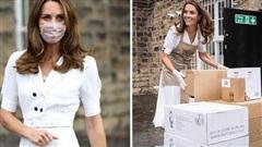 Công nương Kate chiếm 'spotlight' ngay trong ngày sinh nhật của Meghan Markle với hình ảnh đeo khẩu trang đi từ thiện