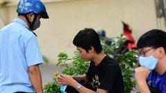 Phạt đến 300 ngàn, trăm người dân đeo khẩu trang bên ly cà phê ở Sài Gòn
