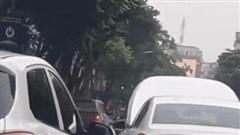 Video: Ô tô bật nắp capo, tài xế vẫn lái băng băng trên đường