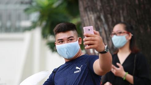 Người Sài Gòn bịt khẩu trang kín mít chụp ảnh 'tự sướng' trong ngày đầu xử phạt không đeo khẩu trang
