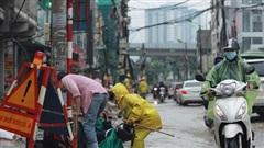Mưa lớn khiến nhiều tuyến đường Hà Nội chìm trong 'biển nước', người đi xe máy ngã lăn ra đường