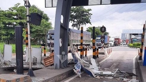 Cửa thùng xe container đậpnát cabin trạm thu phí ở Sài Gòn