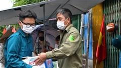 Ảnh: Lực lượng chức năng túc trực, hỗ trợ cung cấp nhu yếu phẩm vào khu cách ly tại Phúc Diễn nơi bệnh nhân 714 sinh sống