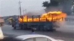 Tài xế dũng cảm phi xe tải bốc cháy ngùn ngụt qua chỗ đông người