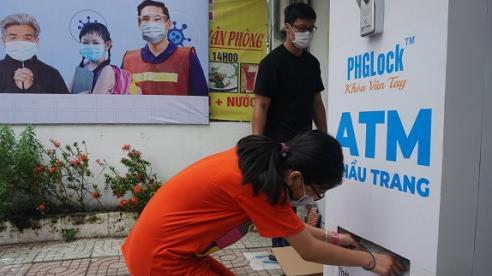 Cận cảnh 'ATM' khẩu trang phát miễn phí cho người nghèo tại TP Hồ Chí Minh