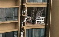 Bão Hagupit xé toạc ban công 'chung cư cao cấp' ở TQ, cuốn bay người từ tầng 11 rơi xuống tử vong
