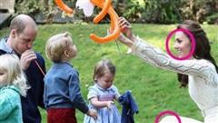 Sẵn sàng ngồi xuống đòi một đứa trẻ trả đồ chơi cho con và cách dạy con đáng nể của công nương Kate Middleton