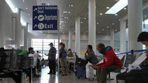 Hàng trăm người mắc kẹt ở sân bay vì lệnh tái phong tỏa tại Philippines