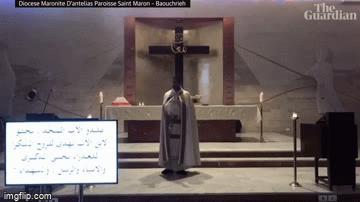 Video mái nhà thờ sụp đổ rơi trúng người linh mục đang làm lễ trong vụ nổ kinh hoàng ở Lebanon