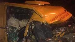 Xe tải tông trực diện xe thư báo lúc rạng sáng, 3 người thương vong
