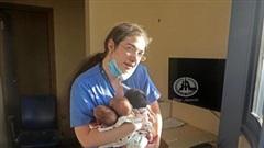 Nữ y tá bình tĩnh ôm 3 bé sơ sinh thoát khỏi vụ nổ kinh hoàng ở Lebanon