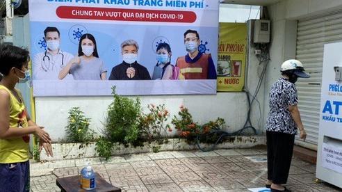 Mục sở thị 'ATM khẩu trang' miễn phí đầu tiên ở TP.HCM