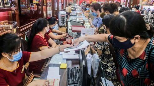 Giá vàng vượt mốc 62 triệu đồng/lượng: Người dân tấp nập mua bán