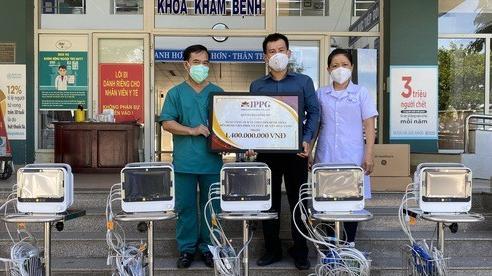 Doanh nhân Johnathan Hạnh Nguyễn trao tặng  10 máy theo dõi bệnh nhân cho Đà Nẵng