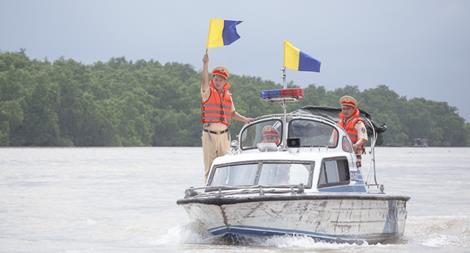 CSGT cứu giúp nữ thuyền trưởng bị ngất khi đang chạy tàu trên sông Hồng