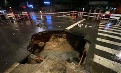 Sau mưa lớn, 'hố tử thần khủng' xuất hiện giữa giao lộ ở Sài Gòn