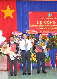 Trao quyết định bổ nhiệm Chánh án, Phó Chánh án TAND tỉnh Bình Thuận