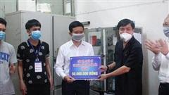 Bí thư Tỉnh ủy Đắk Lắk thăm, tặng quà lực lượng phòng chống dịch và người dân tại khu cách ly