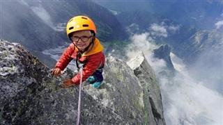 Bé trai 3 tuổi trở thành người trẻ tuổi nhất chinh phục ngọn núi hơn cao 3.000m