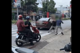 Bị thanh niên lao vào bạt tai rồi lên xe bỏ đi, ông chú chống trả quyết liệt dù chảy máu tai