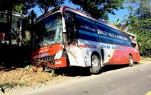 Quảng Bình: Xe khách tông vào hàng rào nhà dân, 19 hành khách một phen... thót tim