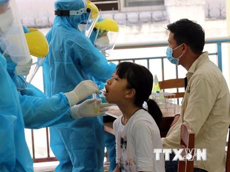 Lấy mẫu xét nghiệm COVID-19 cho hơn 700 du khách đăng ký về TP.HCM