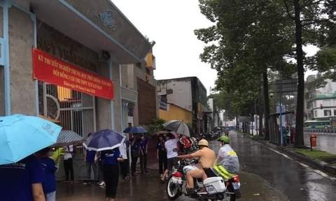 CSGT Công an TPHCM đội mưa đưa thí sinh đến điểm thi