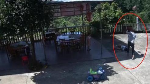 Người đàn ông cầm cuốc đập bé gái bất tỉnh rồi có hành động kỳ lạ, đoạn video ghi lại toàn bộ cảnh tượng khiến mọi người hoảng sợ