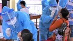 Ảnh: 760 du khách bị mắc kẹt ở Đà Nẵng do dịch Covid-19 được lấy mẫu xét nghiệm trước khi bay về TP.HCM