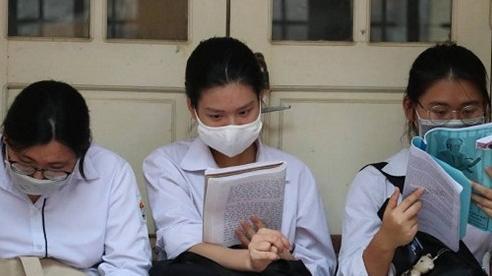 Thí sinh vẫn cố ôn bài trước lúc bước vào phòng thi