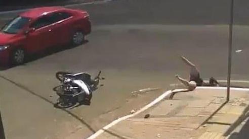 Clip: Bị ô tô đâm trúng, người phụ nữ đi xe máy bị hất văng xuống cống thoát nước