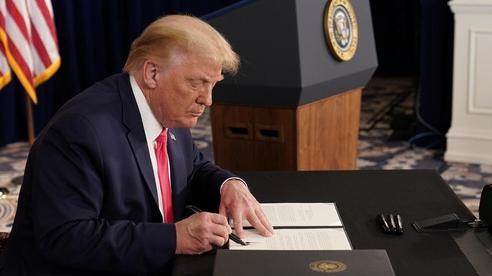 Thách thức quốc hội, Tổng thống Trump ký sắc lệnh cứu trợ Covid-19 mới