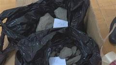 Cưa bom mìn lấy hàng chục cân thuốc nổ đi bán thì bị bắt