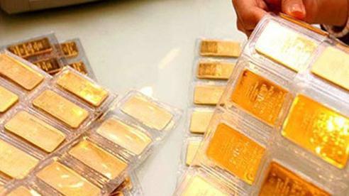 Một ngày, giá vàng ''bốc hơi'' 2 triệu đồng/lượng