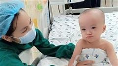 Hình ảnh song Nhi ngồi dậy, nũng nịu đáng yêu cùng các cô điều dưỡng: Hành trình hồi phục kì diệu!