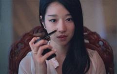 Soi chiếc smartphone lạ mắt, 'xịn sò' của Go Moon Young trong phim 'Điên thì có sao'